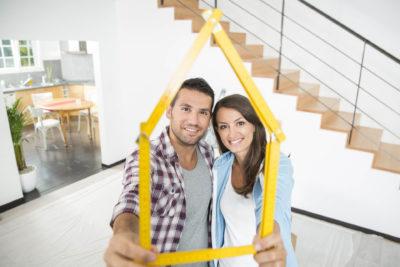 mlady par v modernom dome